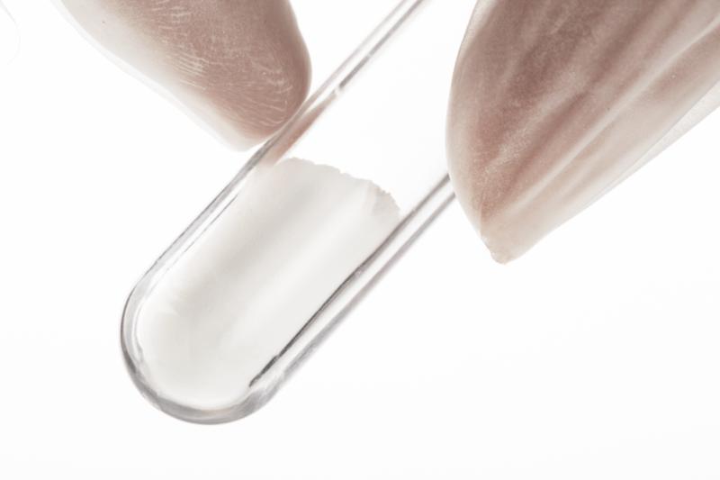 Laborröhrchen mit weißem Pulver