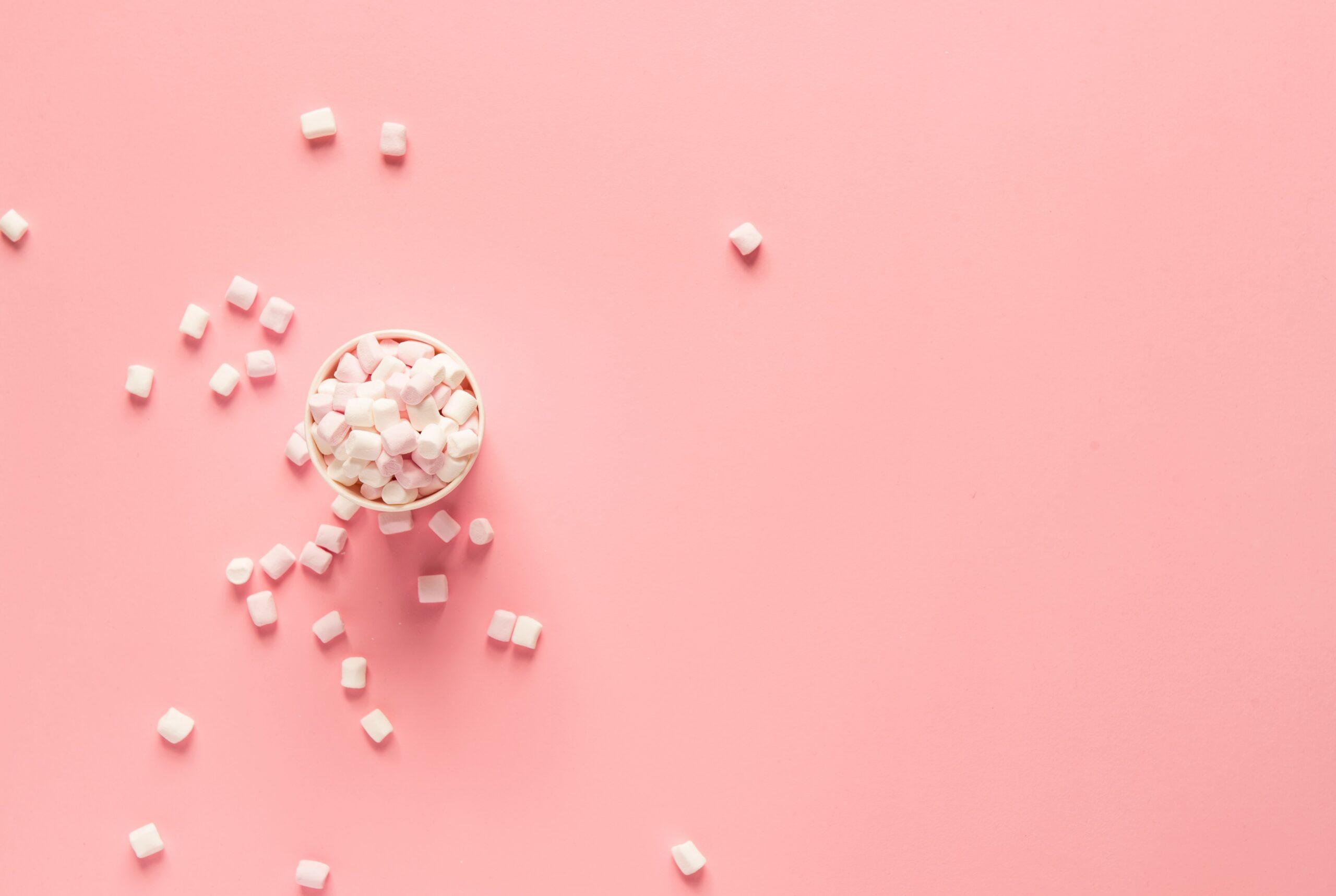 Weiße Marshmallows, die Titandioxid enthalten können
